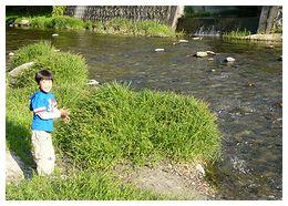 河原で遊ぶ友彦