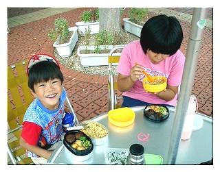 明石公園で弁当を食べてる2人