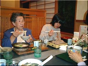 おばあちゃんは鍋焼きうどんを食べました