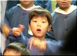 学芸会で歌をうたう友彦
