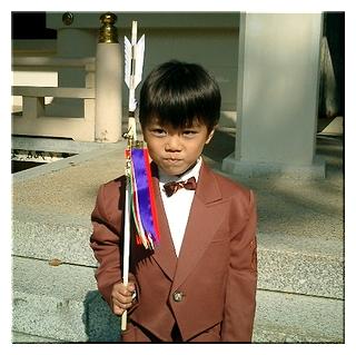 コシノジュンコのスーツを身にまとう友彦