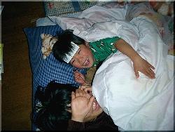 いっしょに布団で寝てる2人