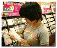 CDを探すひとみ